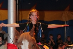 Voltigierkünstlerin auf dem Pony