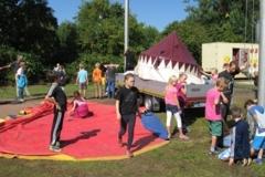 Die 4. Klassen durften beim einpacken des Zirkuszeltes helfen!